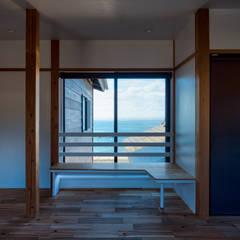 海を望むゲストルーム: エヌ スケッチが手掛けた寝室です。