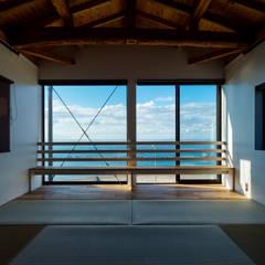 海を望む寝室: エヌ スケッチが手掛けた寝室です。