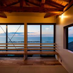 海を望む寝室(夕景): エヌ スケッチが手掛けた寝室です。