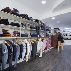 Estruturas para roupa: Lojas e espaços comerciais  por YS PROJECT DESIGN