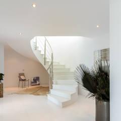Vestíbulo y escaleras: Escaleras de estilo  de Home & Haus | Home Staging & Fotografía