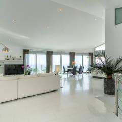 Home Staging y Fotografía en Villa Dorada: Pasillos y vestíbulos de estilo  de Home & Haus | Home Staging & Fotografía