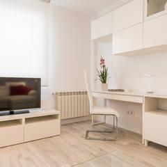 Reforma integral vivienda centro Madrid: Salas multimedia de estilo  de Simetrika Rehabilitación Integral