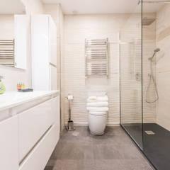 Reforma integral vivienda centro Madrid: Baños de estilo  de Simetrika Rehabilitación Integral