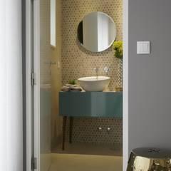 Remodelação de apartamento: Casas de banho  por AtelierAtelier