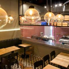 Pizzería la Roma: Locales gastronómicos de estilo  por CASA DINAMICA | Arquitectos de Interiores | Bogotá