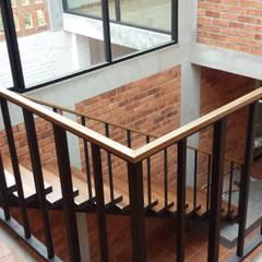 บันได โดย Creer y Crear. Arquitectura/Diseño/Construcción, ผสมผสาน ไม้ Wood effect