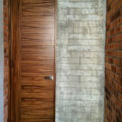 أبواب خشبية تنفيذ Creer y Crear. Arquitectura/Diseño/Construcción