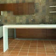 : Cocinas equipadas de estilo  por Creer y Crear. Arquitectura/Diseño/Construcción