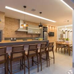 Espaço Gourmet Integrado com Cozinha: Armários e bancadas de cozinha  por Piaia Arquitetura e Construção