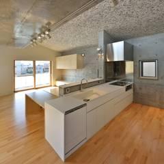 山科の家: Abax Architectsが手掛けたキッチン収納です。