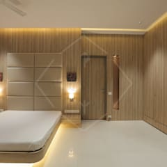 HMC - HIS MASTERS CHOICE :  Bedroom by SPACCE INTERIORS