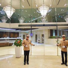 CENTRAL HOTEL SỐ 39-39A NGUYỄN TRUNG TRỰC, BẾN THÀNH, QUẬN 1:  Cửa ra vào by VAN NAM FURNITURE & INTERIOR DECORATION CO., LTD., Hiện đại