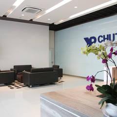 VĂN PHÒNG CÔNG TY TNHH QUỐC TẾ CHUTEX:  Tòa nhà văn phòng by VAN NAM FURNITURE & INTERIOR DECORATION CO., LTD.