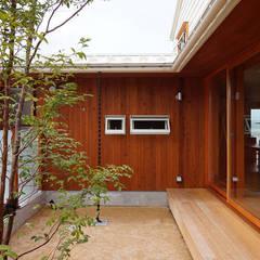 直江の家: 有限会社建築計画が手掛けた庭です。