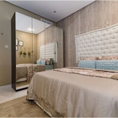 The Beige Bedroom:  Bedroom by Aorta the heart of art, Classic