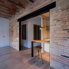 Arago apartment: Salones de estilo  de Fabrique Design + Build
