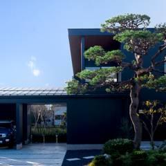 黒い外壁×松の組み合わせ: 塚野建築設計事務所が手掛けた家です。
