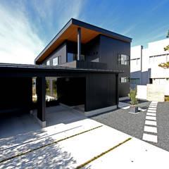 雨に濡れずに玄関にアプローチ: 塚野建築設計事務所が手掛けた家です。