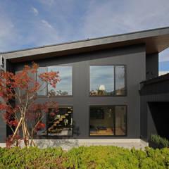 大きな厂型の屋根: 塚野建築設計事務所が手掛けた家です。