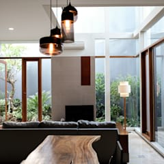 Shared Ambience: Ruang Keluarga oleh AIGI Architect + Associates,
