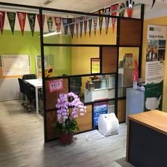 Oficinas y Tiendas de estilo  por 捷士空間設計