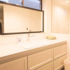 広々した造作の洗面台: 塚野建築設計事務所が手掛けた浴室です。