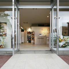 店舗ファサード: 塚野建築設計事務所が手掛けた商業空間です。