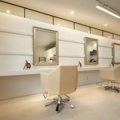 窓のような鏡: 塚野建築設計事務所が手掛けた商業空間です。