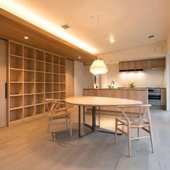 リビング〜キッチン: アーキシップス古前建築設計事務所が手掛けたリビングです。