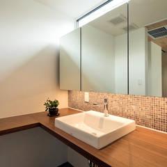 洗面脱衣室: アーキシップス古前建築設計事務所が手掛けた浴室です。