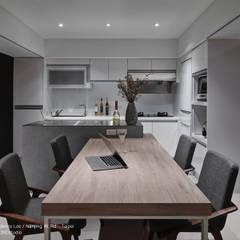 暗色調並帶有沈穩寧靜氛圍的住家設計:  餐廳 by SECONDstudio,