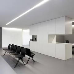 OAV offices: Salas multimedia de estilo  de FRAN SILVESTRE ARQUITECTOS