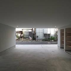 東新小岩の家2: アトリエ スピノザが手掛けたガレージです。
