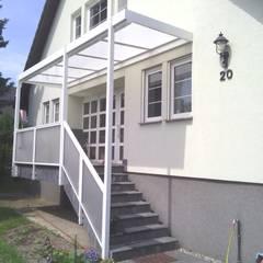 Hauseingangsüberdachung:  Terrasse von Montage & Design Gunter Uhlig