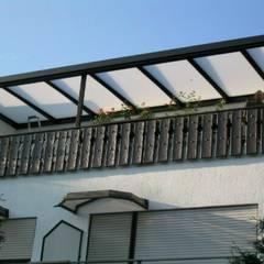 Balkonüberdachung:  Terrasse von Montage & Design Gunter Uhlig