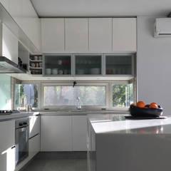 Casa May: Cocinas de estilo  por CREA CONSTRUCTORA  / Crespi + Ruiz Arqs
