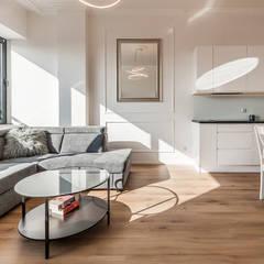 KLASYCZNIE W BIELI: styl , w kategorii Salon zaprojektowany przez KODO projekty i realizacje wnętrz