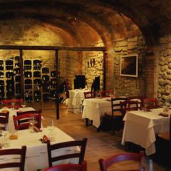 Proposte arredo cantina con portabottiglie in pietra Bloc Cellier: Sala da pranzo in stile  di ShoWine