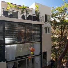 CASA MILAGRO: Casas multifamiliares de estilo  por RGR Arquitectos + Urban Strategy