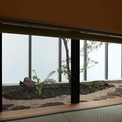 動く水墨画の家: 帆の風設計が手掛けた窓です。