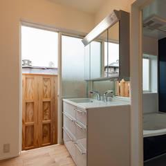 壁面が柔らかに光を届ける和モダン住宅/白壁の家: 森村厚建築設計事務所が手掛けた浴室です。