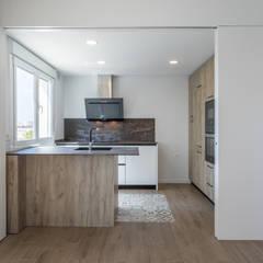 Reforma integral de piso en Sevilla: Cocinas de estilo  de Ares Arquitectura Interiorismo