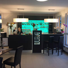 Café-Lounge - Bar-Tresen mit Kuchenkühlschrank zur Warenpräsentation, transluzentes Gläserregal mit Hinerleuchtung:  Gastronomie von RGenau Industries KG