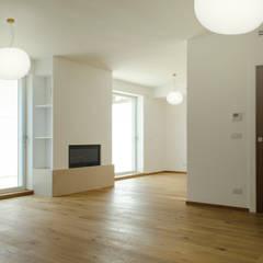 2 CASE X 2 FRATELLI: un progetto sperimentale di recupero residenziale con tecnologia e tradizione: Soggiorno in stile in stile Mediterraneo di studioIDEAM
