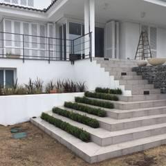 escalera y gradas verdes: Escaleras de estilo  de De buena planta