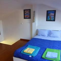 Apartamento T3 Duplex Penha França: Quartos  por EU LISBOA