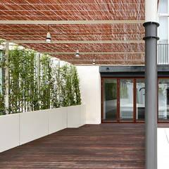 Reforma de patio en Barcelona: Jardines de invierno de estilo  de De buena planta