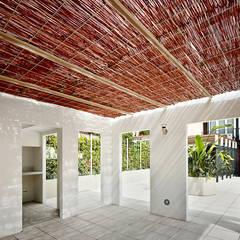 Reforma de patio en Barcelona Jardines de invierno de estilo moderno de De buena planta Moderno