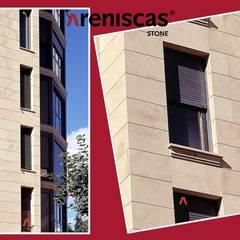 บ้านสำหรับครอบครัว โดย ARENISCAS STONE,